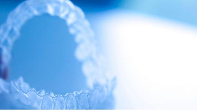 大人の歯列矯正で好評なマウスピース矯正の長所・短所とは?